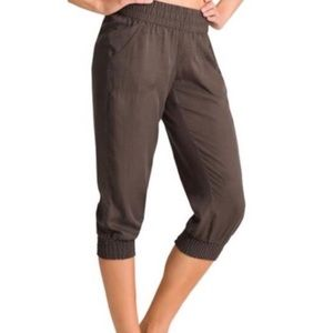 Athleta Pants - Athleta Benicia capri jogger pants • olive green